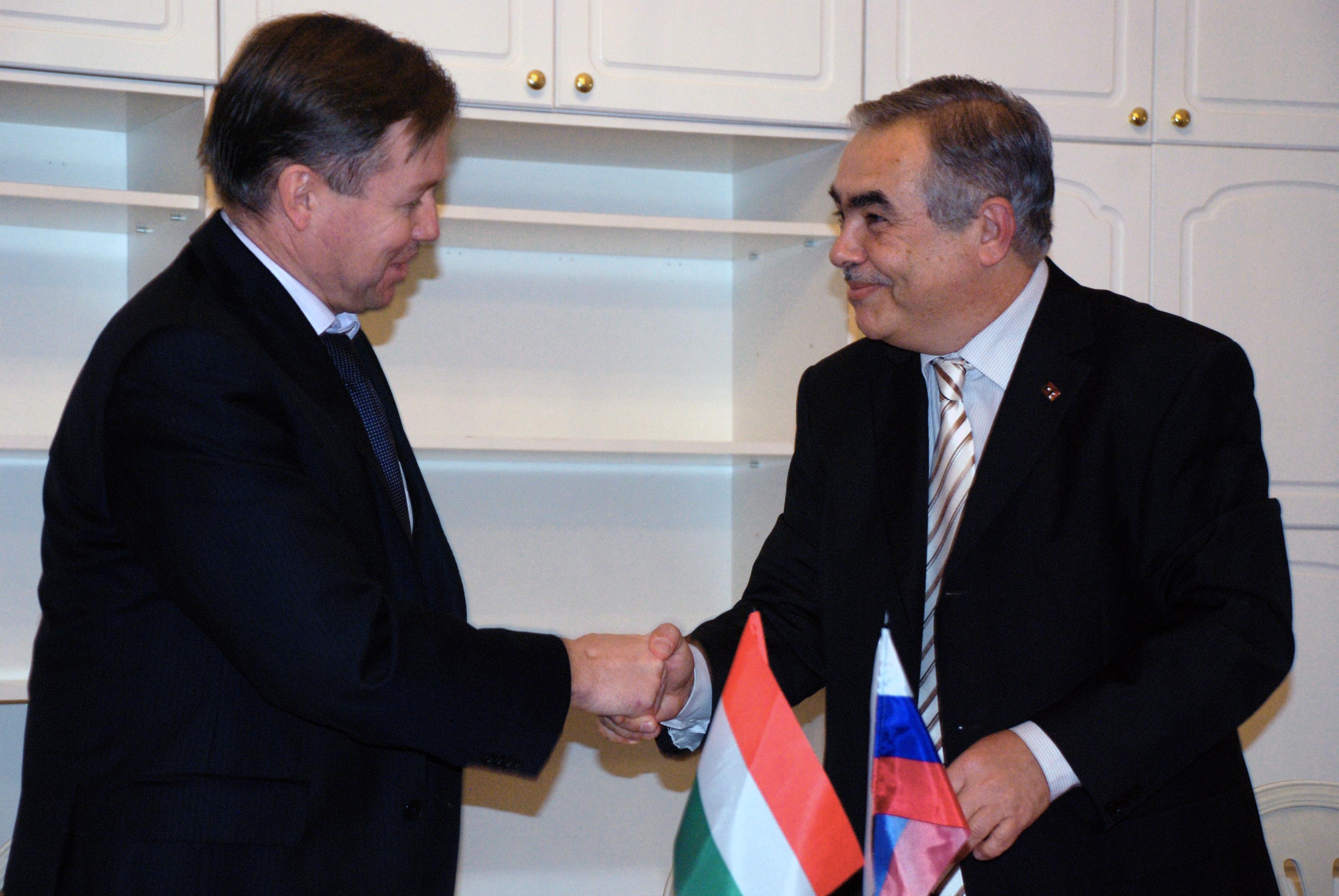 Valerij Platonov igazgató és Szvák Gyula, a Társaság elnöke